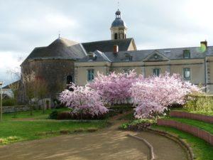 Le théâtre de verdure, jardin de la Cure et bibliothèque du Mesnil-en-Vallée