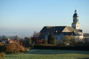 L'église et l'ancien presbytère du Mesnil-en-Vallée