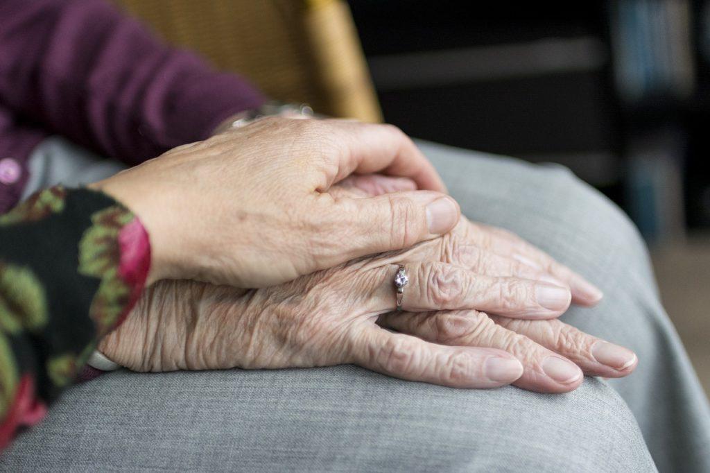 seniors se tenant la main